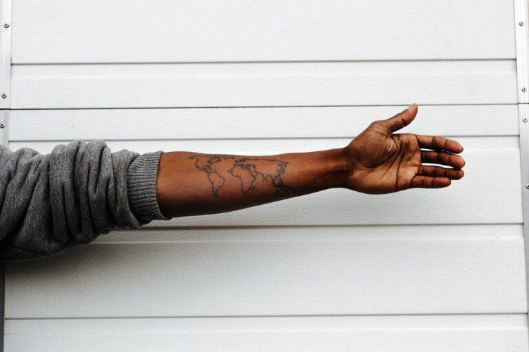 Ruka černocha a mapa